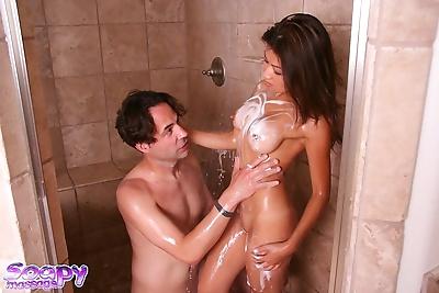 गर्म एशियाई , जैकी लिन चूसना के कम बाहर के एक साबुन लंड में के स्नान