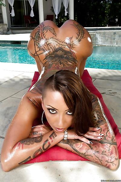 Tatoué asiatique Babe Bella Bellz montre Son Parfait cul